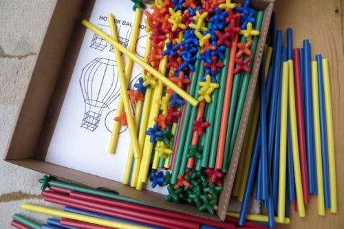 Boîte et modèles pour construire avec des pailles de couleur