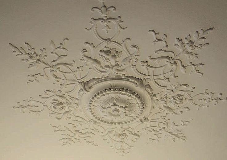Installer une rosace permet d'apporter une touche décorative à votre plafond. Découvrez comment procéder facilement.