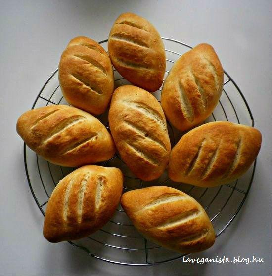 A burgonyás vágott zsemle kívül ropogós, belül puha, édeskés ízű. A kisült tészta illata hasonlít a nagymamák krumplis pogácsájához. Kell ennél több indok, hogy legalább egyszer kipróbáljuk?   Hozzávalók:   450g kenyérliszt   100g Burgonyapehely   2,5g friss élesztő, vagy 1 cs instant élesztő (olvassuk el a...