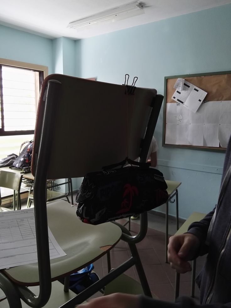 Primer día:  En segundo lugar colocamos una silla sobre una mesa para poder lanzar nuestro objeto.Para sujetar los elásticos usamos una pinza.