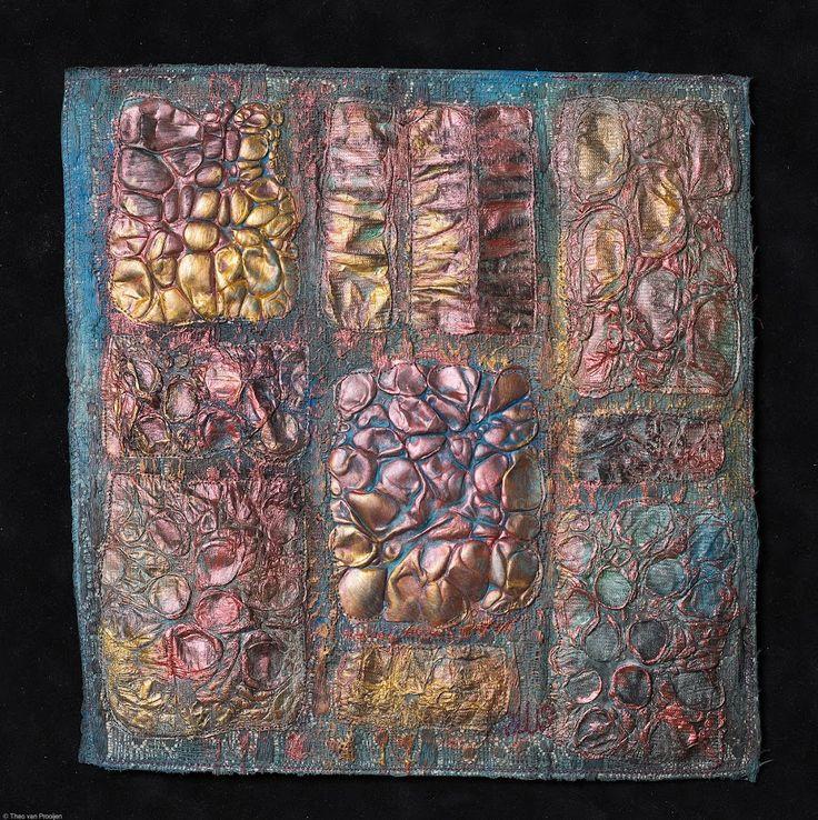 Saskia Weishut-Snapper. Manipulations.  Het synthetische materiaal tyvek leerde ik kennen in 2001. Tyvek kan met eigenlijk alle verfsoorten beschilderd worden, je kunt het stempelen, printen, spinnen en manipuleren met hitte waardoor schitterende structuren ontstaan. In Manipulations zijn allerlei bewerkte stukjes op een achtergrond gestikt. Je ziet duidelijk, benadrukt door de goud- en bronsverf, de vormen die ik, uit mijn trukendoos, met hitte heb aangebracht.