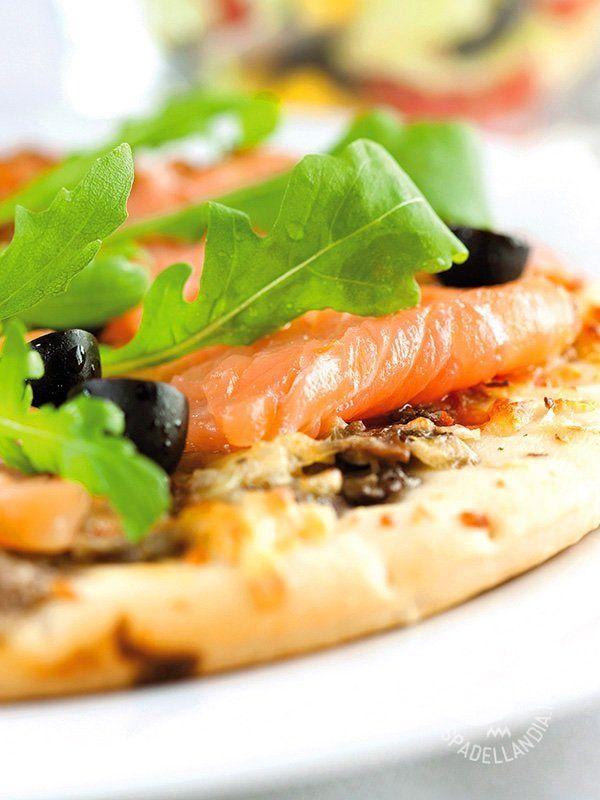 Con la gustosissima ricetta della Pizza al salmone, olive e rucola farete felici gli amanti del piatto del Belpaese più apprezzato nel mondo.