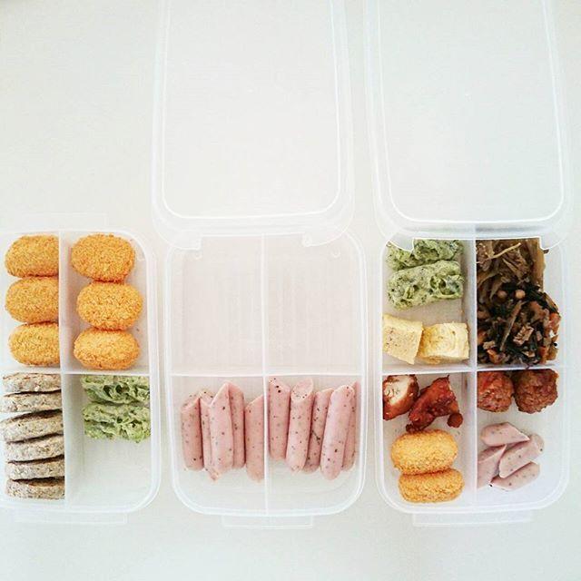 Instagram media by receipt_lab - #冷蔵庫  おはようございます。  お恥ずかしながら、、我が家のお弁当事情。  毎日とてつもなく雑ですが、パパと私だけお弁当作ってます。  冷凍食品も2、3種類は常備(笑)  素敵な常備菜でも作れれば良いのですが夕食の取り分けなどでラクしてます(´`) 冷凍食品は買ってきたらダイソーさんの仕切り容器に詰め替え。バラバラにならず立ててしまえるしレンジにも対応しています。  ごはんなどの冷凍にもオススメです!  仕事から帰ると卵焼きをしたり、夕食の準備をしながら明日のお弁当のおかずを容器に2人分取り分けます。  この日は緑が少ないですね。。(ノ´・ω・)ノ  蓋をしてそのまま冷蔵庫へ!  朝はチンして詰めるだけなのでラクだし時短に( ´艸`) 子供たちのお弁当は月1なのでもっと丁寧に作ってますょ♡  #収納#冷蔵庫収納#冷凍食品収納#冷凍庫収納#シンプル収納#プチプラ収納#100均収納#さきラク収納#暮らし#暮らしを整える#ダイソー