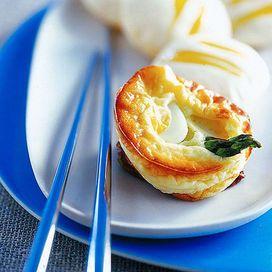 Asparagi 10 ricette buone, facili e veloci - Ricetta  Gli asparagi sonp un ortaggio saporito e versatile in cucina. ingredienti perfetti per antipasti, crespelle, lasagne, da abbinare alle uova o cuocere semplicemente al vapore e condire in insalata. Dieci ricette scelte per te.  Ingredienti: un rotolo di pasta brisée di gr. 230 - 18 punte di asparagi - 18 uova di quaglia - gr. 250 di mascarpone - 3 uova di gallina - un tuorlo - gr. 120 di emmentaler - sale - pepe Cuocete le uova di quaglia…