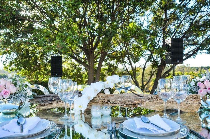 Mesa boda civil.   Detalle de flor blanca y velas