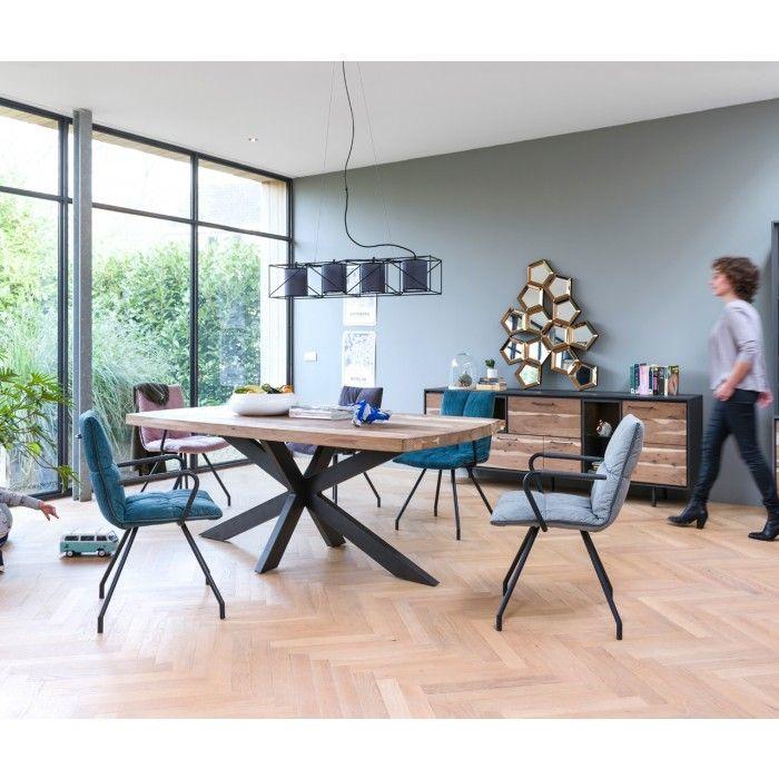 Stuhl Farrel - Gemütlicher Xooon Stuhl im jungen und modernen Design. Der Stuhl setzt sich aus einer gut gepolsterten Sitz- und Rückenfläche in Stoff rosa und einem robusten Gestell aus schwarzem Metall zusammen.