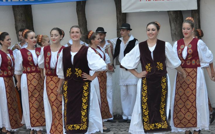 romanian-girls-traditional-costumes