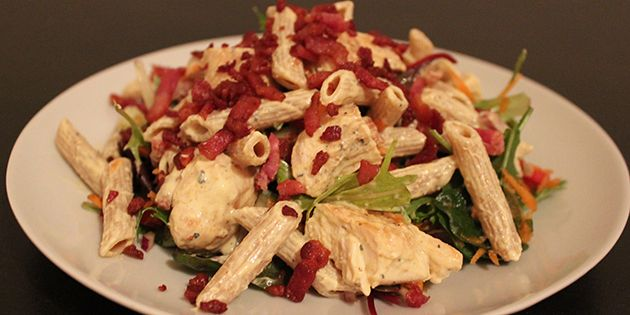 Lækker og cremet pastasalat med kylling bacon og karrydressing.