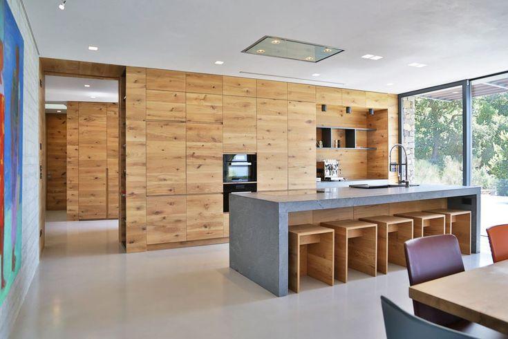 Les placards de cuisine habillement dissimulés derrière des panneaux en bois