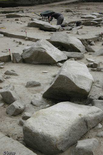 Fouille du champ de menhirs brisés de Kerdruellan (Morbihan), 2006.Scellés sous près de 80 cm de sédiment, les menhirs, comme les niveaux de sols et les évênements qui ont jalonné leur histoire, ont été préservés de toute érosion...