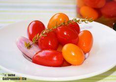 Quizá no habíais pensando en hacer tomates cherry encurtidos, pero esperamos que después de ver lo fácil que es elaborarlos, no dudéis en poner la receta en práctica, sobre todo si os gustan los encurtidos o pickles para tomar como tentempié o para elaborar ciertos platos.Los tomates encurtidos mantienen su atractivo aspecto, una piel fina y brillante, pero en su interior están tiernos, son como unas perfectas esferificaciones de tomate. Son ideales para servir como aperitivo, como ...