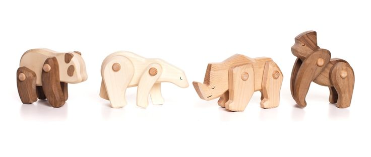 Cztery wykonane z różnych gatunków drewna zabawki przedstawiają zwierzęta znajdujące się na liście najbardziej zagrożonych wyginięciem. Elementy figurek są ruchome, co pozwala im przyjmować różne pozycje. Mogą być edukacyjną zabawką, dekoracją, gadżetem, przesłaniem. Kształtowanie drewna przy użyciu zmiennej fazy nadaje zwierzątkom rzeźbiarski charakter. www.bajo.eu, www.designtobe.eu