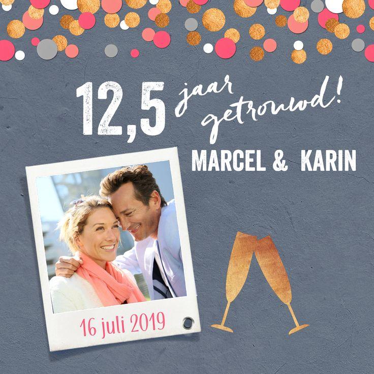 Feestelijke uitnodiging 12,5 jaar getrouwd met gouden confetti en foto!