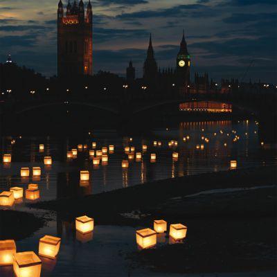 Kerzenlicht erzeugt doch immer noch das schönste Licht. Mit den schwimmenden Laternen erzeugst Du zu vielen Anlässen romantische Stimmung. via: www.monsterzeug.de