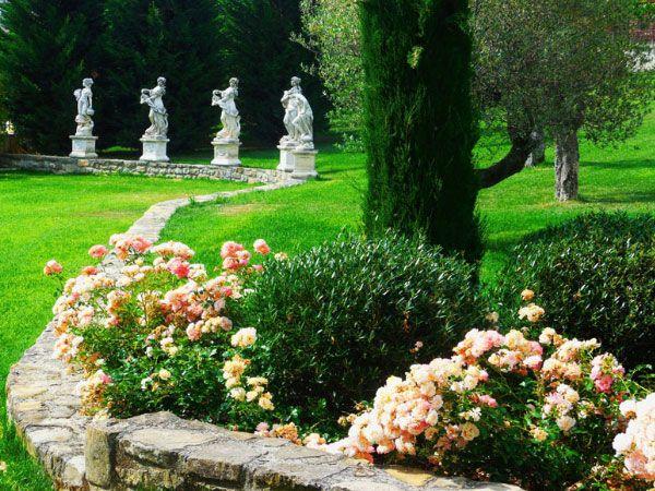 Uno scorcio del giardino del Castello Malaspina di Varzi: un curatissimo prato, statue e #aiuole di #rose delicate circondano le antiche mura