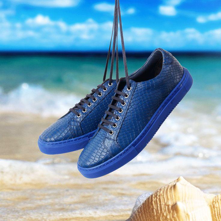 Masmavi tonlar ile yaz'a ayak uydurmak isteyenler için tasarlanan crocodil erkek sneaker modeli tam senlik!  Ürün Materyal : Hakiki Deri Renk : Mavi Taban : Kauçuk İç Astar : Hakiki Deri Bağlama Tipi : Fermuarlı