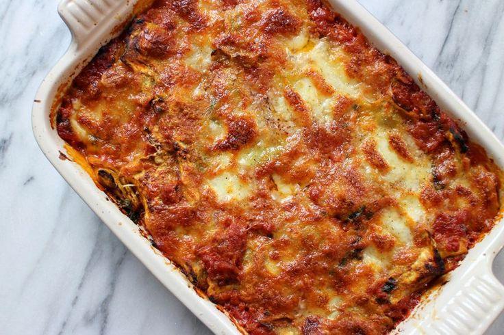 Deze ravioli uit de oven met mozzarella en Parmezaanse kaas is super easy en een ideaal gerecht voor doordeweeks! Tip: maak een grotere portie tomatensaus voor in de vriezer zodat je een volgende keer de saus alleen nog maar hoeft te ontdooien en op te warmen. Verwarm een panop middelhoog vuur. Snipper de ui en …