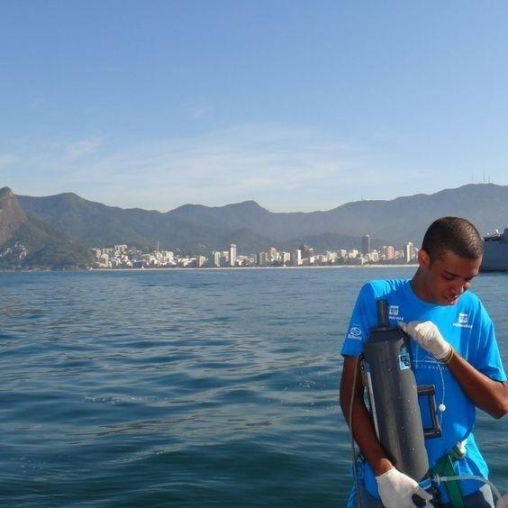 Em um momento do projeto Ilhas do Rio. Ponto do emissário submarino de Ipanema. #baiadeguanabara #labhidroufrj #ufrj #riodejaneiro #errejota #agua #analisedeagua #ilhasdorio #emissáriodeipanema #ipanema
