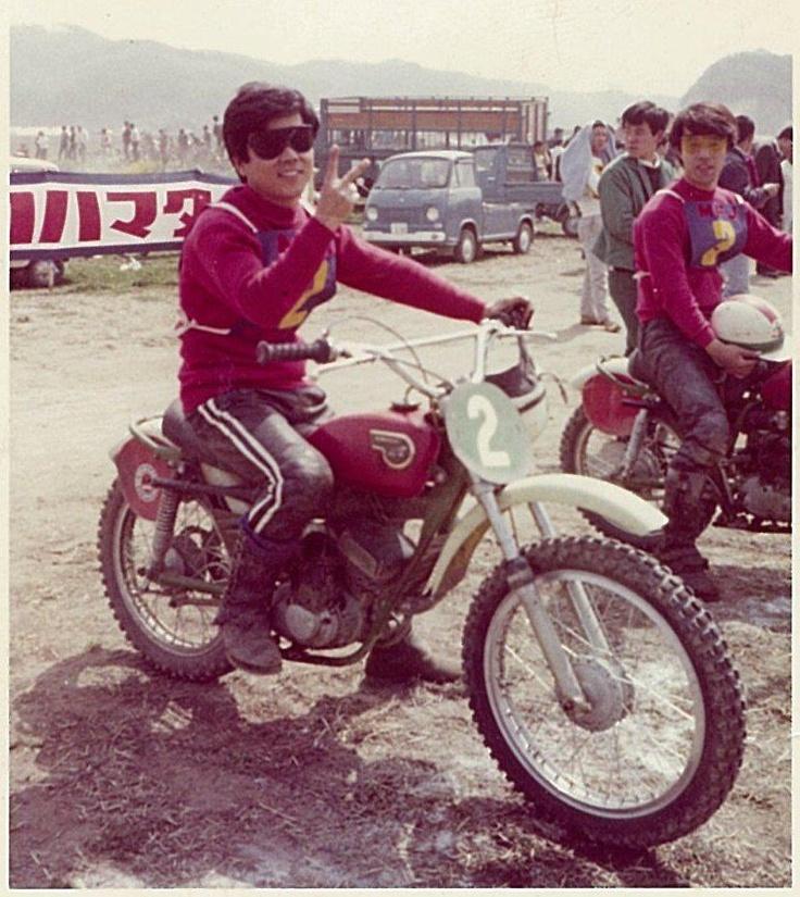 1967年MFJ全日本選手権岡山大会での山本隆さん  隣にいるのが星野一義さん  二輪文化を伝える会・ブログ: 1960年代 第1次モトクロスブーム