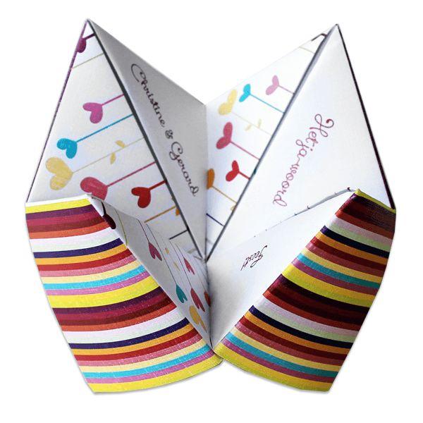 Originele trouwkaarten van LocoMix: de Cootie Catcher of Paper Fortune teller kaart. Al vouwend ontdekken familie en vrienden alles over jullie mooiste dag.