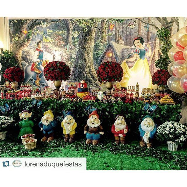 Branca de Neve no olhar de @lorenaduquefestas ❤️❤️❤️ e nosso painel em tecido personalizado [Floresta ...