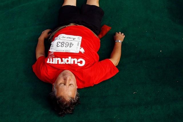 1 de Diciembre de 2012/SANTIAGO_.   Un hombre descansa antes de participar del Tour IND 2012 Corre por la Teletón, evento masivo con largada y meta frente al palacio de La Moneda, que espera superar los 7.500 deportistas que congregó en 2011..   FOTO: JONAZ GOMEZ/AGENCIAUNO_.