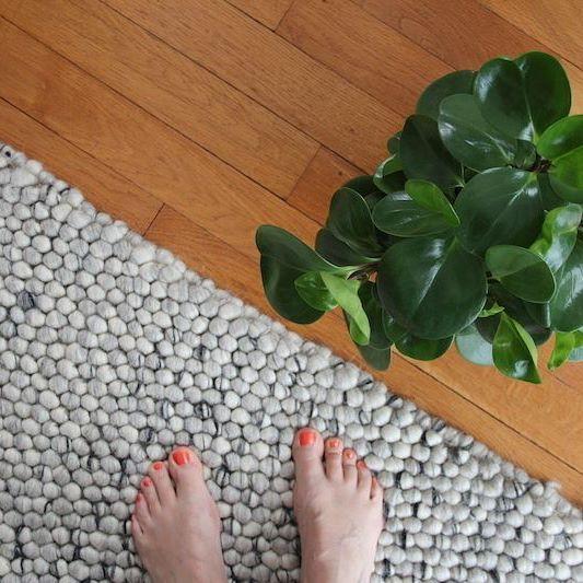 Impagabile la sensazione di morbido del camminare a piedi nudi per casa...quando poi lo si fa su un morbido tappeto💚 Venite a scoprire la collezione Sukhi di tappeti fatti a mano qui: http://www.sukhi.it/collezioni.html