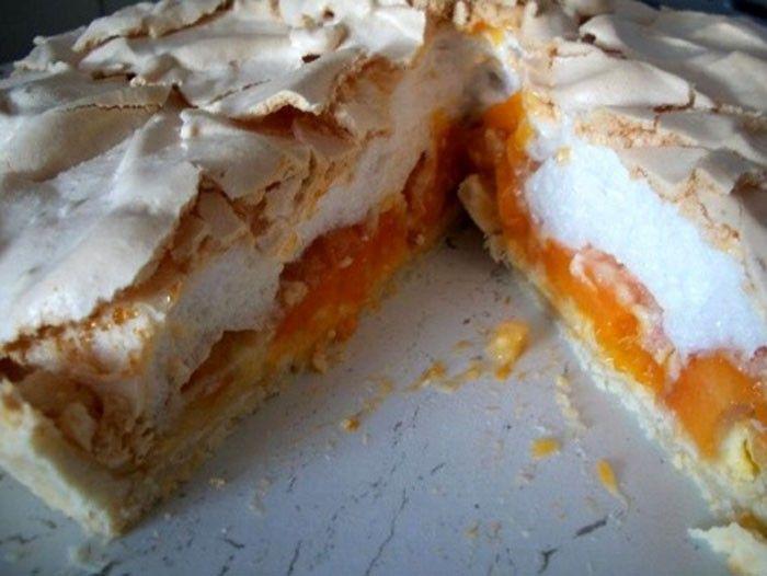 Fantastický meruňkový dort sněhulák, který vás osvěží a ihned si ho oblíbíte. Na vrchu křehký sníh z bílků a uvnitř šťavnaté a chutné meruňky.