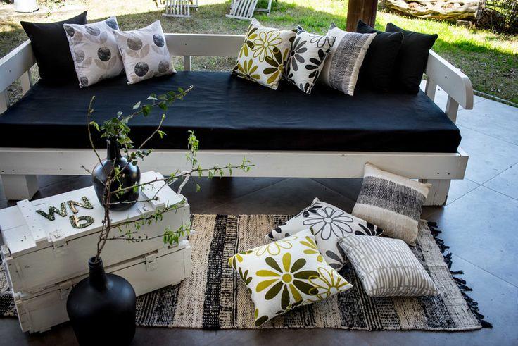 נותנות את השיק: הכריות שמוציאות את הספה משגרה | בניין ודיור