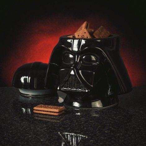 Magnifique boite à cookies en céramique au look Star Wars reprenant le design du casque du mythique Dark Vador. Il vous offre des cookies ! Allez-vous résister au côté obscur de la force ?