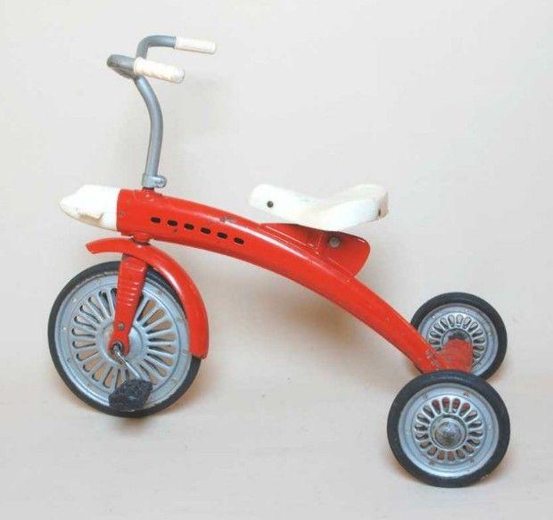 """Beispiel für hervorragendes DDR-Design: Dreirad in Stromlinienform. Zu finden im Konsument-Versandhauskatalog Frühjahr/Sommen 1966: """"Dreirad, sehr stabile, gefällige Form, rot lackierter Sathlblechpreßrahmen, MDN 51"""""""