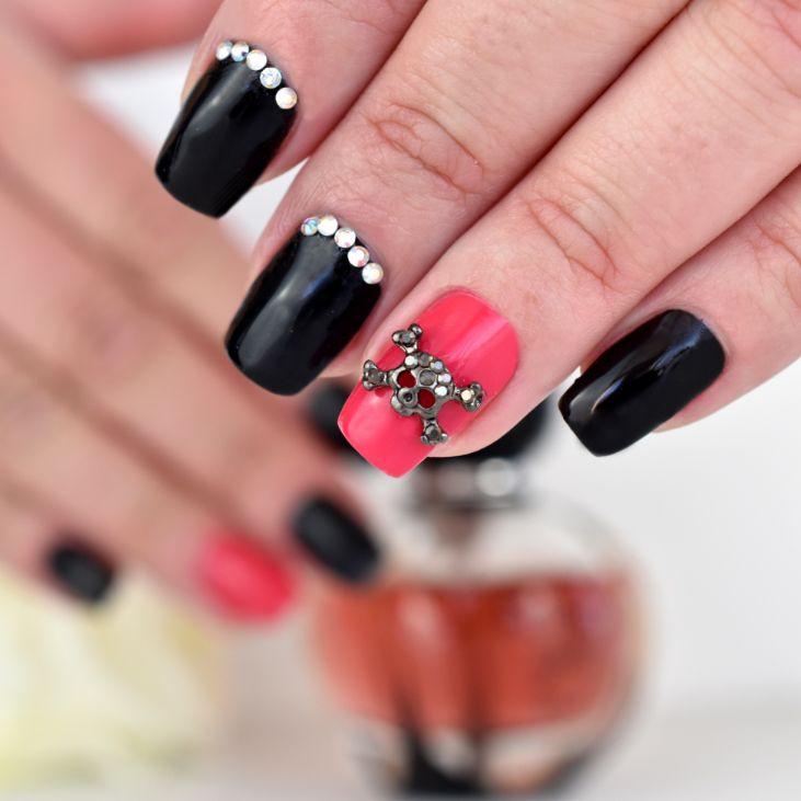 Manucure avec bijoux pour ongle tête de mort @kitmanucure réalisation @amandineonglesdereves  Bijou pour ongle tête de mort : https://www.kit-manucure.com/204-bijoux-pour-ongles-tete-de-mort-gris-antracite.html