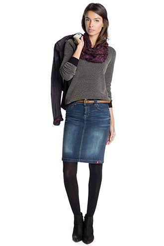 Dit is de kledij die Mia draagt. Meestal draagt Mia lange rokken en houdt ze het simpel. 'En als ik naar beneden kijk, zien het spijkerrokje, de trui en de zwarte hoge schoenen die ik vanochtend heb aangetrokken.' 'Ik koos uiteindelijk voor een lange zwarte rok en een kastanjebruin truitje met korte mouwen. Makkelijk en eenvoudig. Inderdaad, zo'n beetje mijn handelsmerk.'