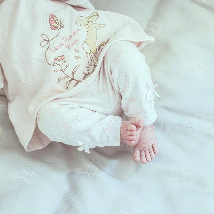 Na dobranoc - #throwbackthursday . Trochę tęsknię...choć i dziś te w rozmiarze 21 i 27 wciąż całuje kilka razy dziennie. Czemu ten czas tak pędzi? No czemu ?  #baby #babyfeet #letthembelittle #newbornphotography #newborn #newbornphoto #photooftheday #picoftheday #Love #loveit #follow #followme #jestembojestes #coreczkamamusi #kochamnajmocniej #mojewszystko #oneyearago #noworodek #blogparentingowy #dailyparenting #unitedinmotherhood #cameramama #momswithcameras #momtogs