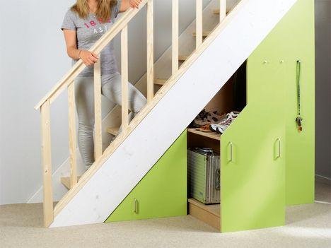 """Heutzutage werden Häuser oft ohne teuren Keller, dafür aber mit ausgebautem Dachboden gebaut. Da wird Stauraum zum Luxusgut. Allerdings wird ein """"Lagerraum"""" schnell übersehen: der Platz unter der Treppe im Erdgeschoss. Hier sammelt sich meist ganz schnell und ganz von allein allerlei Krimskrams an. Ordnung schafft man hier ganz einfach mit Fächern, Schränken und Auszügen. Machen Sie aus der Not eine Tugend, und bauen Sie sich ein passendes Stauraummöbel für den freien Raum unter der…"""