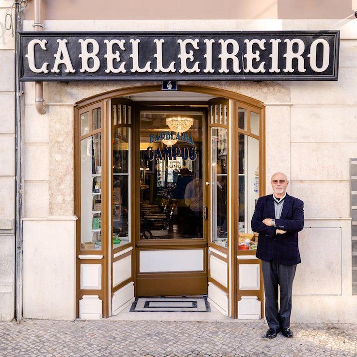 Eerder lieten we op Paradijsvogels Magazine de foto's zien die Sebastian Erras maakte van de oude winkelpuien in Parijs. Hij reisde ook af naar Lissabon en