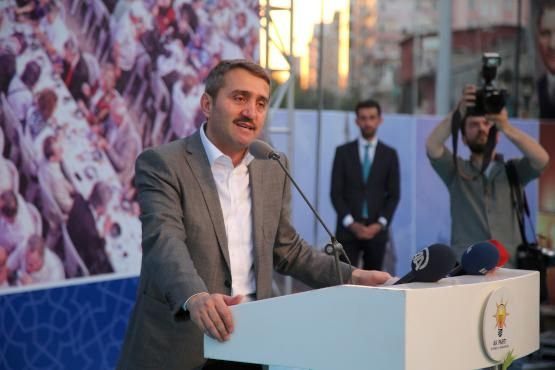 AK Parti İstanbul ve Diyarbakır il başkanlıklarınca düzenlenen programda 5 bin kişi birlikte orucunu açtı, ihtiyaç sahibi 5 bin ailenin evine yemek servisi gerçekleştirildi.