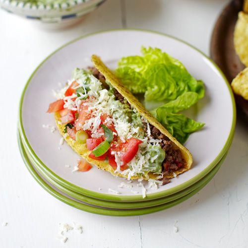 Wie is er niet dol op taco's? In deze variant vul je ze met romige guacamole. Een geweldig recept om samen met je kids te maken. Wedden dat ze het prakken van de avocado's geweldig vinden! 1. Verwarm de oven voor op 180 °C. Bak de ui en paprika...
