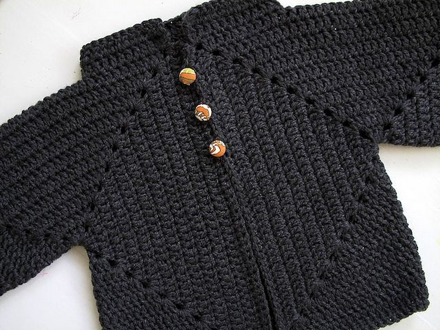 Cosy crochet cardigan, made using a free pattern at Ravelry : http://www.ravelry.com/projects/OneFlewOver/sues-no-holes-hexagon-baby-sweater-3 ❥Teresa Restegui http://www.pinterest.com/teretegui/❥: