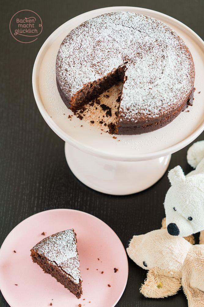 Zergeht auf der Zunge: Dieser Schokoladenkuchen kommt ohne Mehl und Nüsse aus und wird extrem saftig. Das Rezept ist glutenfrei und sehr einfach. | http://www.backenmachtgluecklich.de