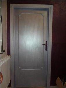 dipingere una vecchia porta di legno