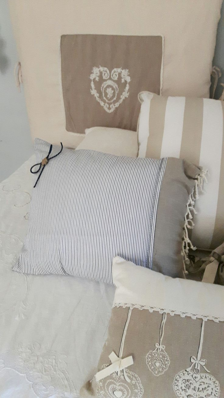 Cuscino righe con applicazione di fiocco in cordoncino shabby chic