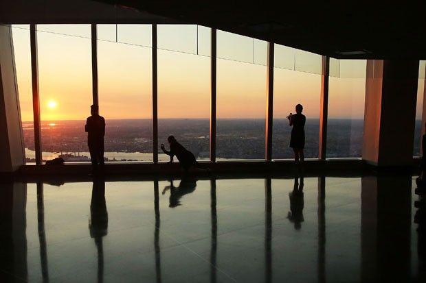 Turistas observam pôr do sol no mirante do novo World Trade Center, no dia de sua inauguração (Foto: Spencer Platt/Getty Images/AFP )