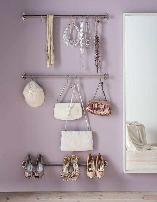 Geen plaats of budget voor een inloopkast? Geen probleem. Hang je knapste spulletjes waar je ze kan zien! Hang je schoenen en accessoires op de vernikkelde IKEA FINTORP stang en je dagelijkse outfit kiezen is een fluitje van een cent!