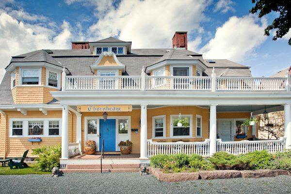 Architecture   Queen Anne styled shingled cottage - Thornhedge Inn located in Bar Harbor, ME.: Incr Inn, Beauty Placesfac, Thornhedg Inn, Beds And Breakfast, House Cottages, Inn Locations, Breakfast Bar, Bar Harbor Maine, Inn Beds