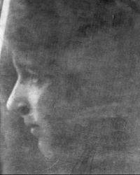 """María Zambrano es una pensadora española, discípula de Ortega, que ha desarrollado la noción de """"razón poética"""". La entiende como una especie de intuición intelectual capaz de sondear el espíritu humano con mayor profundidad que la razón discursiva."""