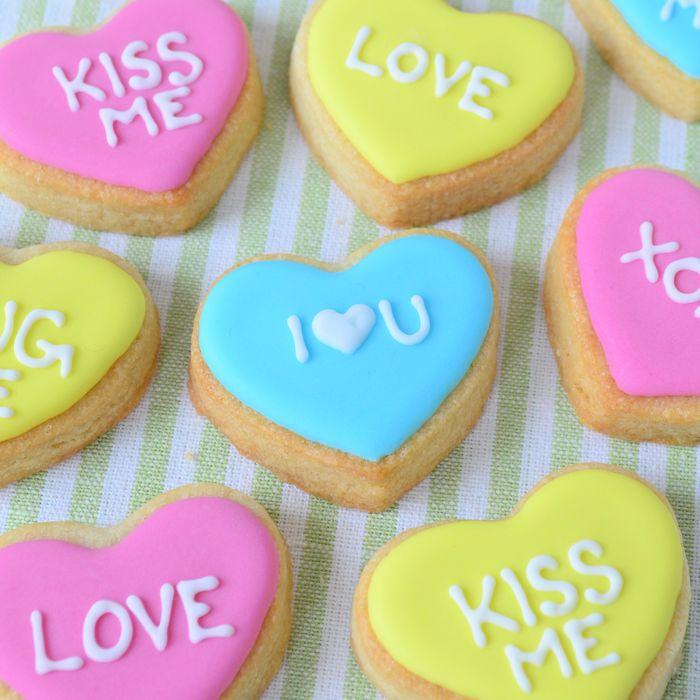 Deze harten koekjes zijn perfect voor Valentijn, door er een lieve boodschap op te zetten laat je jouw lover weten hoe gek je op hem of haar bent!