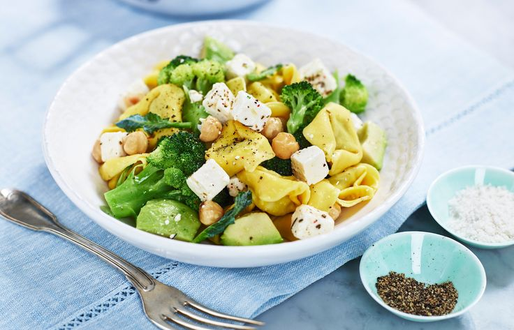 15-minute Tortellini with white cheese, broccoli, avocado and roasted hazelnuts