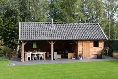 Bekijk de foto van Erna11b met als titel Kapschuur: en zo is onze kapschuur geworden, 4 x 9 met een zitgedeelte van 4 x 6. Gemaakt van douglashout. De stoeltjes zijn oude cafestoelen, opgeknapt met annie sloan krijtverf en andere inspirerende plaatjes op Welke.nl.