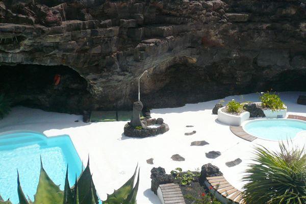 Het zwarte van de lava, een witte finca en een blauw zwembad rustig verscholen op een plek waar het lijkt alsof er eeuwen geleden een bijzonder natuurverschijnsel heeft plaatsgevonden. En daaromheen sieren de wijngaarden en de fruitbomen. Het zijn de wonderschone contrasten van Finca Isabel.